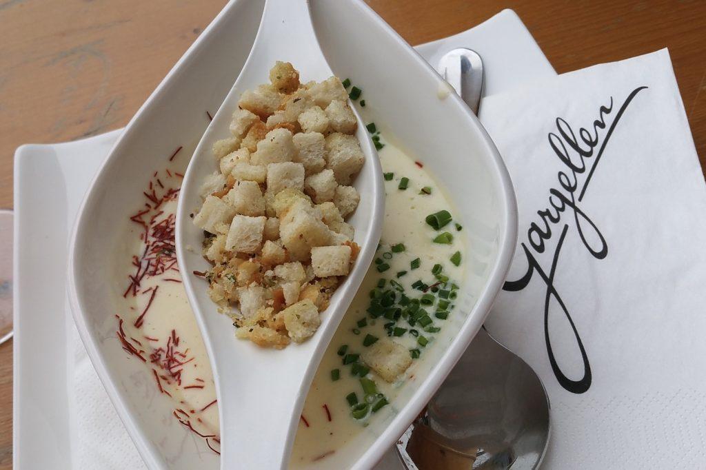 käserahmsuppe mit knoblauchcroutons - schafberg hüsli