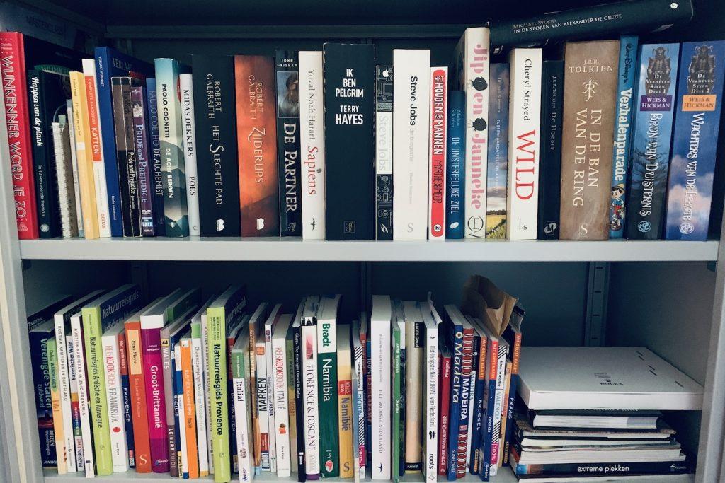 digitaal lezen boeken in kast