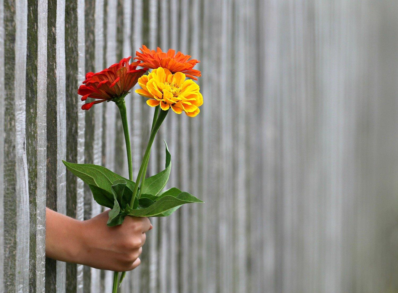 vriendelijk zijn bosje bloemen geven
