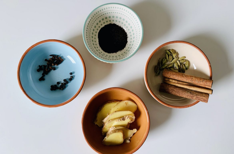 yogi thee maken ingrediënten in kommetjes