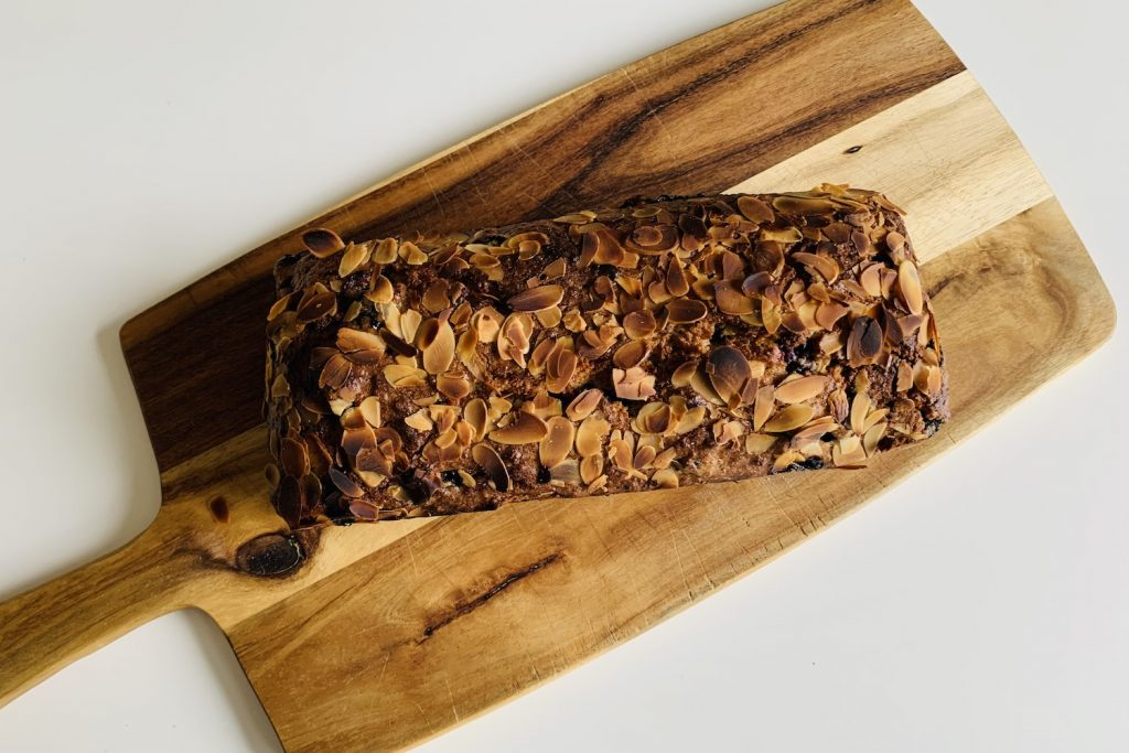 bessencake met amandelen op houten plank
